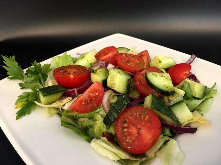 Bazsalikomos friss saláta