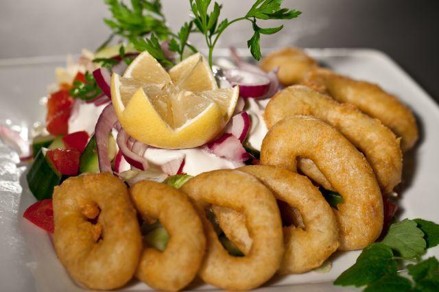Tintahal karikák friss kevert salátával remulád mártással