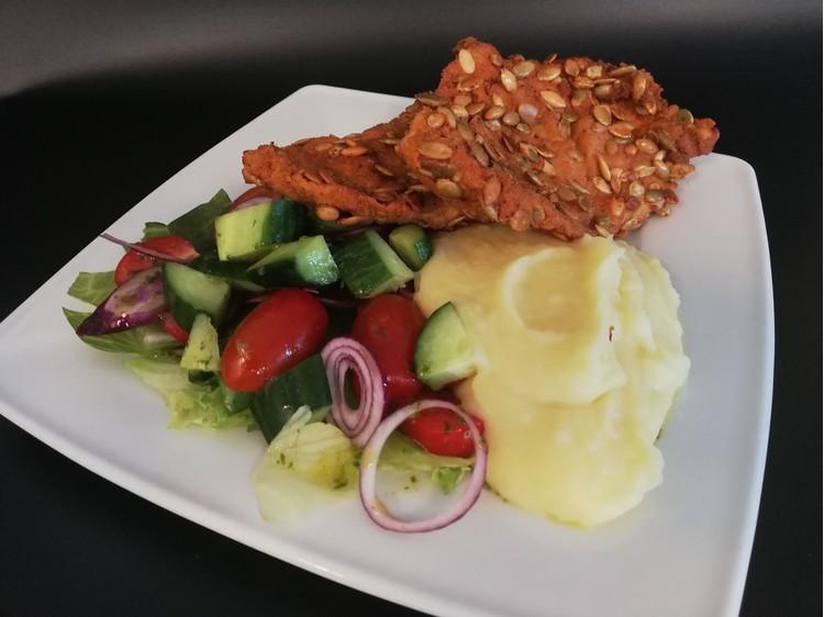 Csirkemell tökmagos bundában burgonyapürével friss kevert salátával