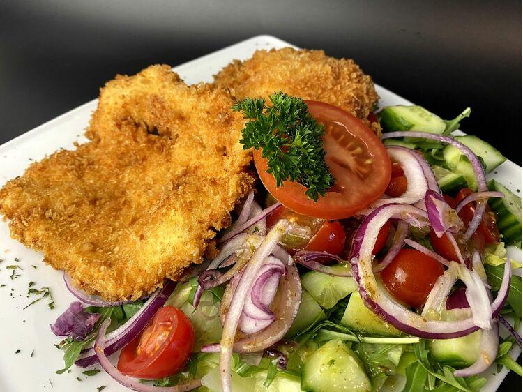 Pankó morzsás csirkemell olasz bazsalikomos rukkola salátával